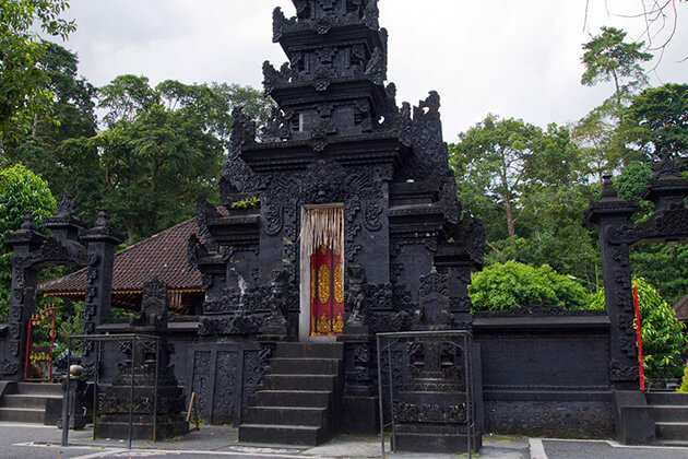 Pengsong Temple - attraction for lombok vacation