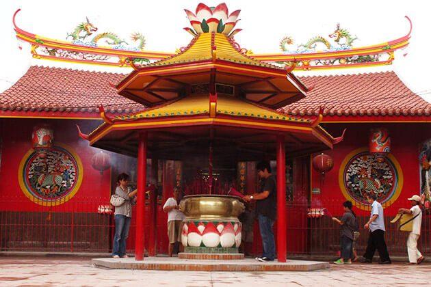 Petak Sembilan Chinese temple - jakarta city tour