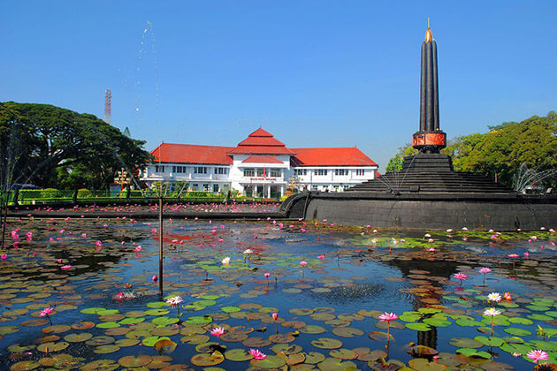 Tugu Malang monument visit in indonesia tour